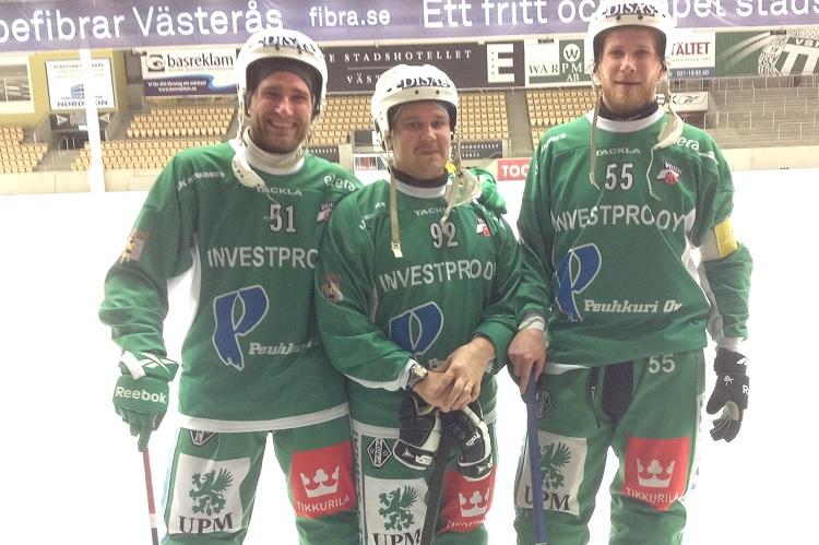 Kauden avausvoitto hymyilytti Tomi Hauskaa (vasemmalla), Toni Taalikkaa ja Janne Hauskaa.