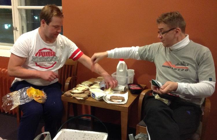 Eväsryhmä työssään: Jarno ja Sami ahkeroivat joukkueen hyvinvoinnin eteen.