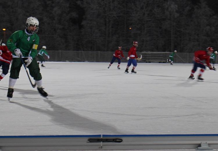 Kalle Pesonen pelasi tänään hyvin. Välillä oli aikaa hakea palloa hyökkäysalueelta alaspäin.