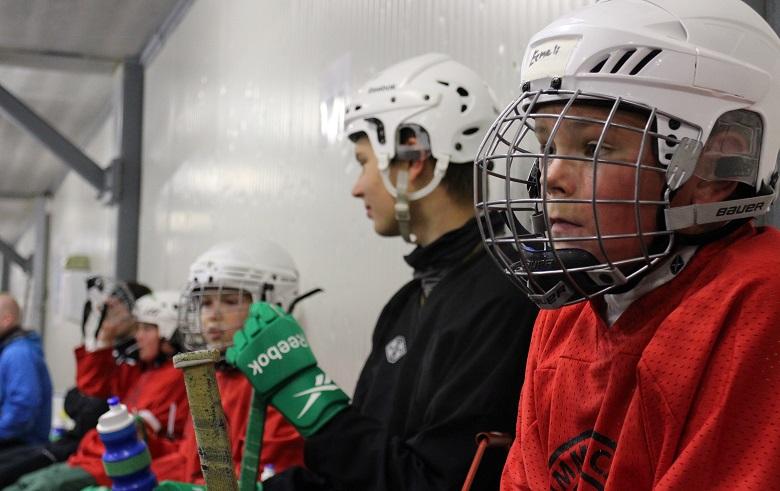 Punapaitaisen ryhmän Eemeli Metelinen (vas.) ja yksi leirin nuorista vetäjistä, Ville Leitsi Leinonen, pienellä tauolla harjoituspelin aikana.